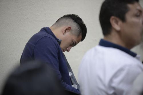 José Manuel Morales Marroquín permaneció con la mirada hacia abajo mientras el fiscal presentó sus alegatos de apertura del juicio. (Foto: Wilder López/Soy502).