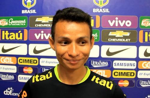 El muchacho trabaja en el estacionamiento del estadio donde se entrenó la selección brasileña. (Foto: Globo Esporte)