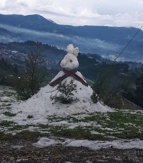 Un grupo de niños creó un muñeco con el granizo que cayó en Sibilia, Quetzaltenango. (Foto: Facebook/El Gráfico de Oriente)