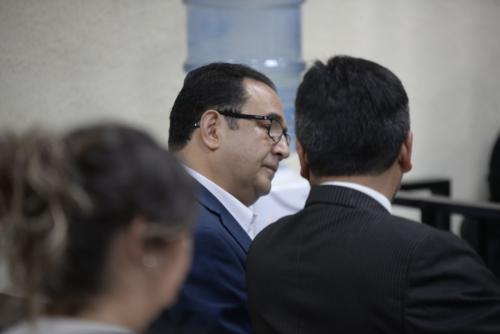 Samuel Morales -Sammy-, conversa con su abogado defensor durante el inicio del juicio en su contra. (Foto: Wilder López/Soy502).