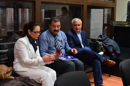 Roxana Baldetti, César Calderón (defensor) y Otto Pérez Molina, conversan durante un receso de la audiencia del caso La Línea. (Foto: Jesús Alfonso/Soy502).