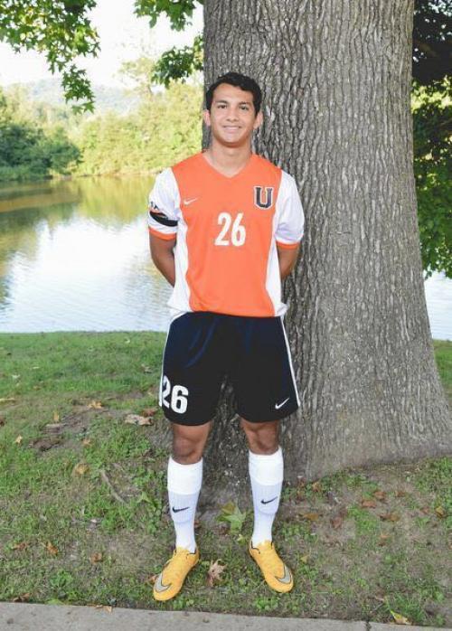 Eli Ernesto recibe una beca de fútbol para estudiar en la universidad. (Foto: Soy502)