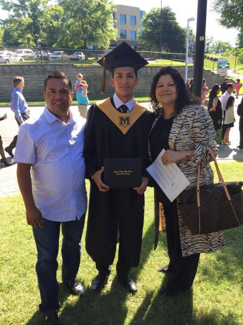 Eli Ernesto (centro) junto a sus padres en su graduación de secundaria. (Foto: Soy502)