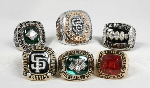 Higueros tiene una colección de anillos que le han sido regalados por los equipos para los que ha trabajado. (Foto: Erwin Higueros)