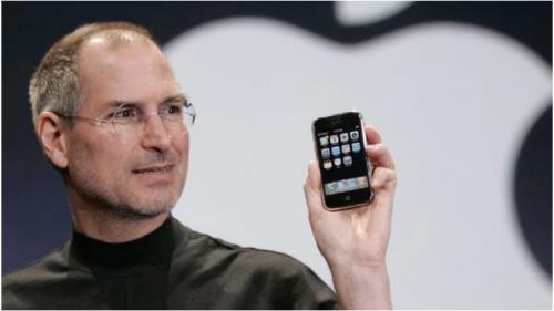 En 2007, Steve Jobs presentó el revolucionario iPhone. Desde entonces, se han vendido más de mil millones de unidades en el mundo. (Foto: Infobae)