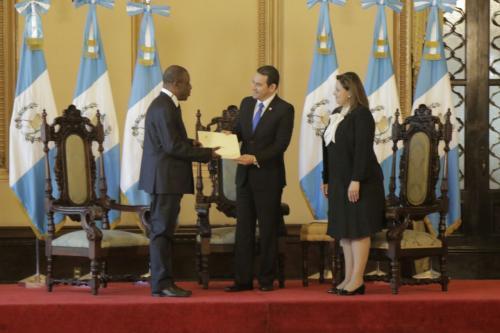 El diplomático de Costa de Marfil presenta sus credenciales a las autoridades. (Foto: Alejandro Balán/Soy502)