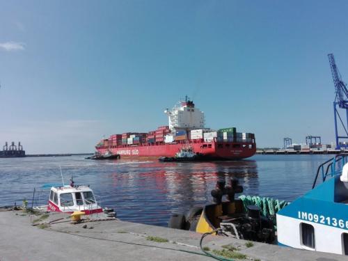 Personal de la EPQ tuvo complicaciones para realizar las maniobras de atraco debido a la marea baja. (Foto: Soy502)