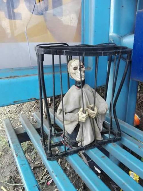 Este es el extraño objeto que fue dejado una parada de autobús ubicada en el municipio de Villa Canales. (Foto: Facebook/Noticias NVC)
