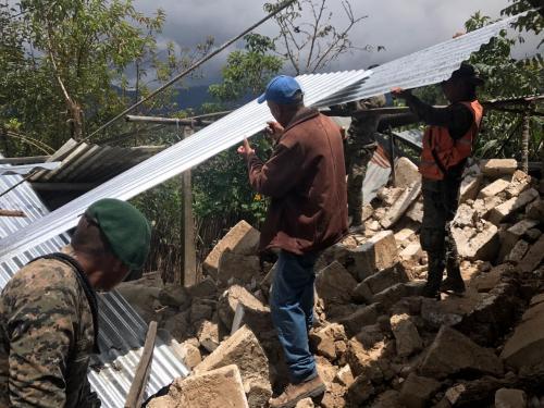 Trabajos para recuperar las casas dañadas. (Foto: Ejército)