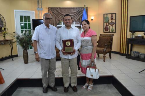 El excanciller Carlos Raúl Morales junto a sus padres. (Foto: Carlos Cruz / Nuestro Diario, Izabal).