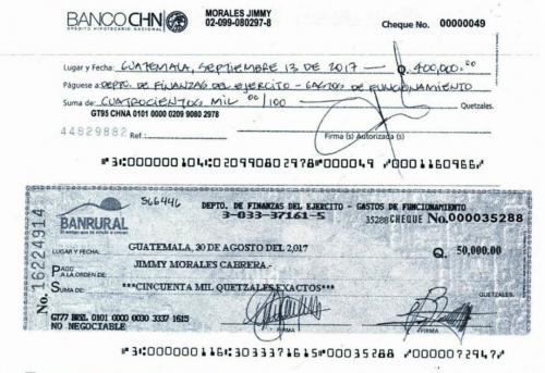Copia del cheque emitido por Jimmy Morales y el que no cobró de agosto. (Foto: Ejército)