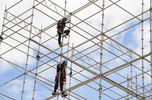 Varios especialistas construyen el escenario para un show inolvidable. (Foto: Selene Mejía/Soy502)