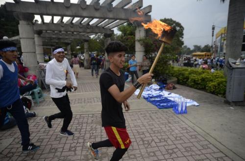 Miles de jóvenes salen del Obelisco con sus antorchas. (Foto