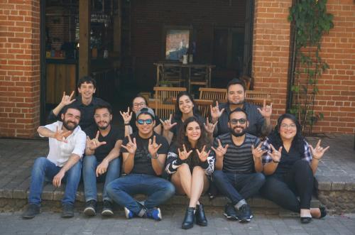 """Colectivo """"Otro Sentido"""", músicos y actores durante la grabación de Luna de Xelajú, haciendo la señal """"ILU, i love you o Te amo en lenguaje de señas). (Foto: Carlos Kloth)"""