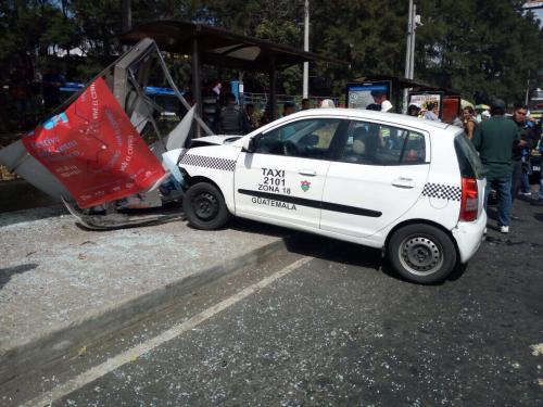 El carro quedó incrustado en la parada de buses. (Foto: PMT de Guatemala)