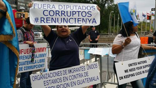 Manifestantes en contra del presidente Jimmy Morales y los diputados del Congreso de la República se presentaron a las afueras de la ONU. (Foto: Juan Pablo Morales)