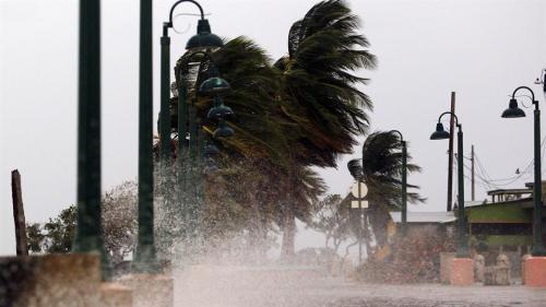 Este fenómeno natural tocó Yabucoa, municipio del este de Puerto Rico,  se cree que afectará la isla hasta por 24 horas. (Foto: AFP)
