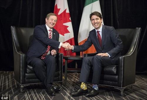 Trudeau (derecha) con el primer ministro irlandés, y sus medias de Star Wars. (Foto: Daily Mail)