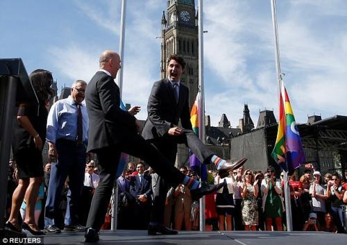 El 24 de junio, el mandatario vistió calcetines con un arco iris. (Foto: Daily Mail)