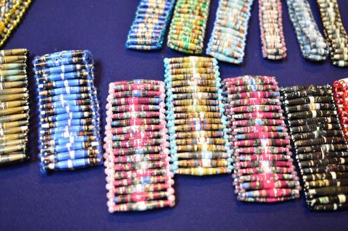 Ejemplos de pulseras realizadas con revistas. (Foto: Jesús Alfonso/Soy502)