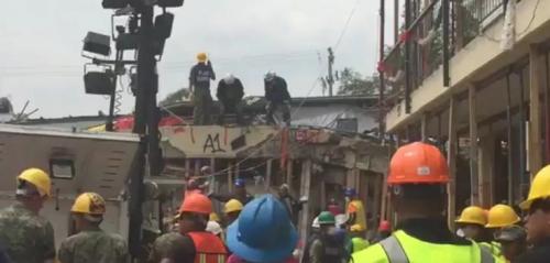 Así buscaban a la niña que supuestamente estaba atrapada entre los escombros con vida. (Foto: captura de pantalla)