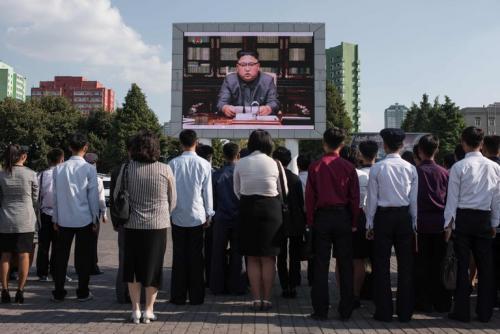 Personas en Corea del Norte observan el discurso del líder Kim Jong-un. (Foto: The New York Times).