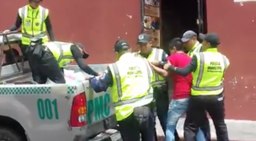 El vendedor forceja con los agentes de la Policía Municipal. (Foto: captura de pantalla).