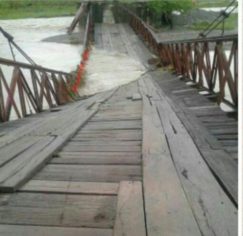 Vista del puente Mixco que colapsó ante las inclemencias del tiempo. (Foto: Conred).
