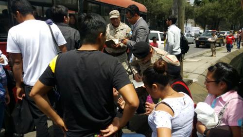 A los cuatro detenidos se les incautó un revólver plástico con el que intimidaban a los pasajeros del autobús. (Foto: PNC)