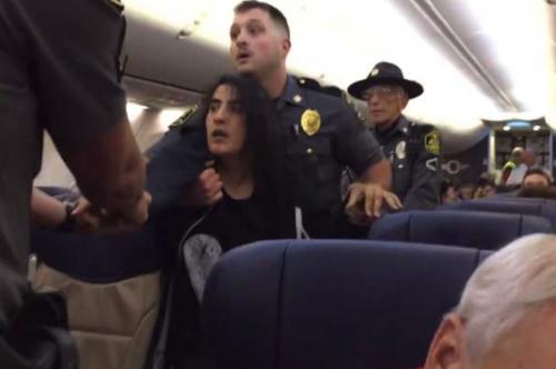 Video muestra cuando sacan a pasajera de un avión en EEUU