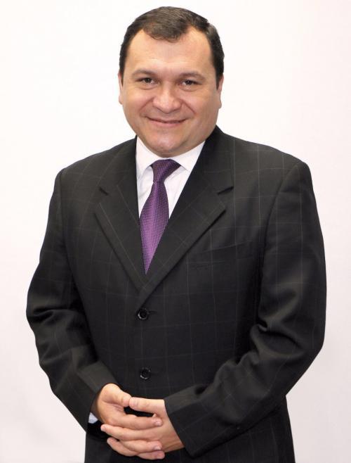 El Lic. Luis Fernando García ejerce como director general de Banco Azteca. (Foto: cortesía de Burson-Marsteller Guatemala).