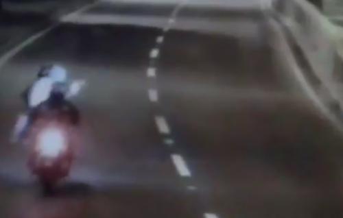 El copiloto del motorista sacó un arma para amenazar a la víctima. (Foto: captura de pantalla)