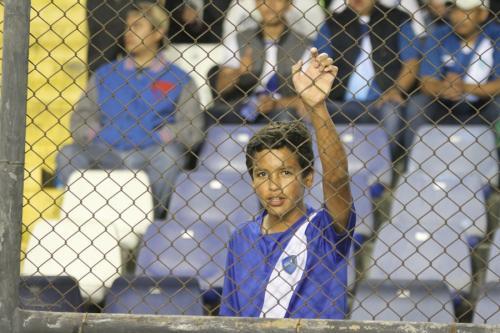 Un niño observa un partido de la selección de Guatemala. (Foto: Luis Barrios/Soy502)