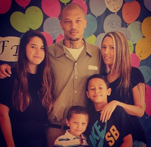 La familias de Jeremy Meeks cuando él cumplía su condena en la cárcel. (Foto: Instagram)