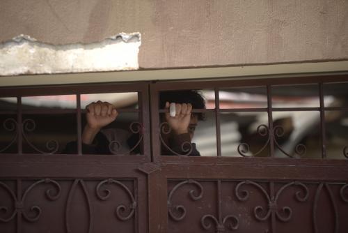 Los jóvenes observaron desde la puerta a los periodistas. (Foto: Wilder López/Soy502)