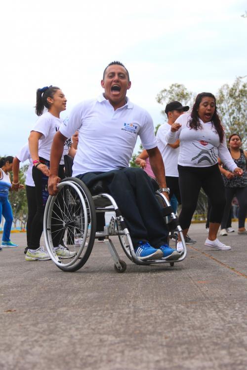 Víctor contagia con su energía al grupo de bailarines que cada día perfeccionan sus pasos de baile. (Foto: Fredy Hernández/Soy502)
