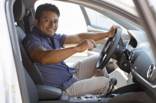 Lo primero que hizo Mario cuando se subió a su nuevo carro fue llamar a su esposa. (Foto: George Rojas/Soy502)