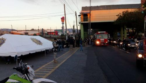 Los pasajeros de los buses bajan de la unidad para ser inspeccionados. (Foto: PNC)