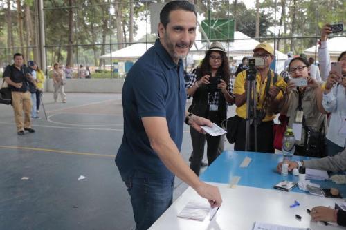El diputado Jean Paul Briere vota en la Consulta Popular. (Foto: Soy502)