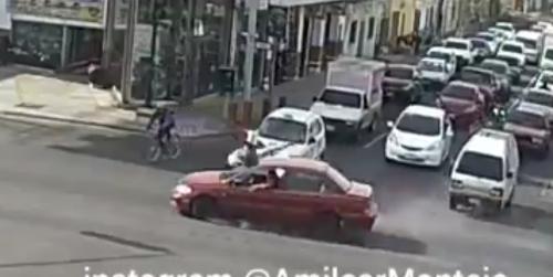El conductor, con un brazo en la ventana, parece que no se percató del incidente. (Foto: captura de video)