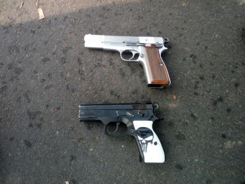 La PNC decomisó dos armas a los presuntos robacamiones. (Foto: PNC)