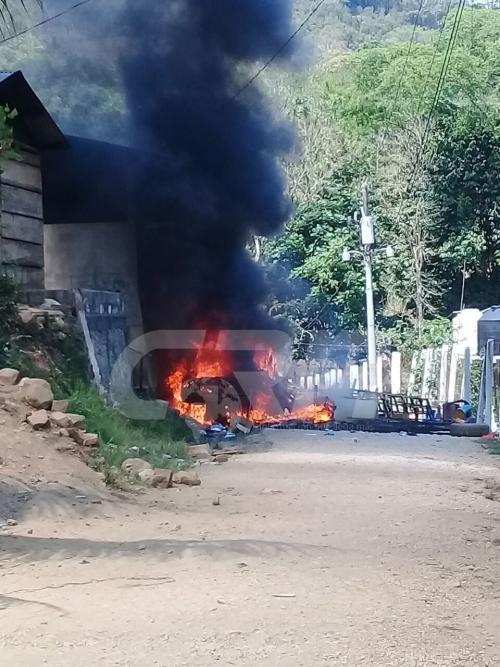 Se reporta que pobladores enardecidos queman vehículo de piloto en estado de ebriedad que se accidentó mientras transportaba estudiantes y maestros. (Foto: @EliuNuila)