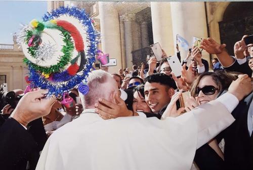 """El Papa Francisco recibe un """"Sombrerito de Esquipulas"""" de manos de guatemaltecos. (Foto: Cortesía/ Osmín Espino)"""