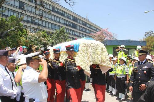 Caballeros cadetes cargan el ataúd del alcalde capitalino, Álvaro Arzú Irigoyen. (Foto: Fredy Hernández/Soy502)