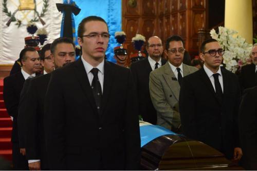 Varios de los diputados más cuestionados del Congreso, encabezados por Felipe Alejos y Javier Hernández, se hicieron presentes en el funeral de Arzú. (Foto: Jesús Alfonso/Soy502)
