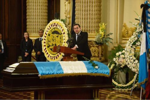 En su discurso en los funerales de Arzú, Jimmy Morales pidió respeto a la comunidad internacional. (Foto: Jesús Alfonso/Soy502)