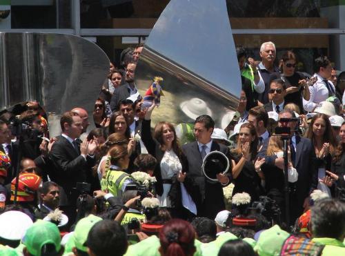 La señora Patricia de Arzú, al centro, recibe el cariño de los empleados municipales en el funeral del Alcalde capitalino. (Foto: Fredy Hernández/Soy502)