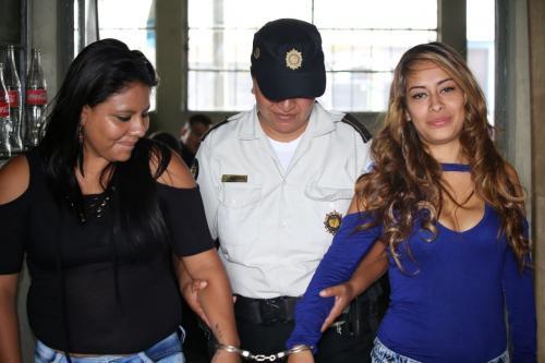 Las mujeres fueron capturadas cuando se conducían en una motocicleta. (Foto: PNC)