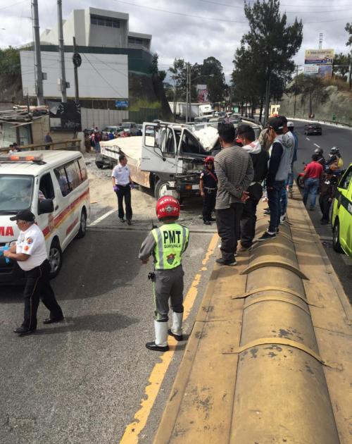 La fotografía muestra la magnitud del accidente de tránsito en en el ingreso a la zona 1. (Foto: Cortesía Carlos Hernández)