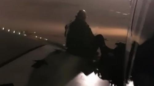 Un pasajero, desesperado por la espera, se subió al ala de un avión. (Foto: AFP)